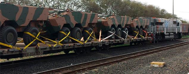 VLI transporta veículos blindados de guerra por ferrovia